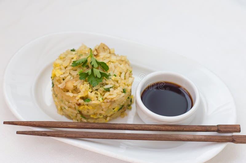 Stekte ris med ägget och gräsplaner kinesisk kokkonst Vit bakgrund Top beskådar royaltyfri foto