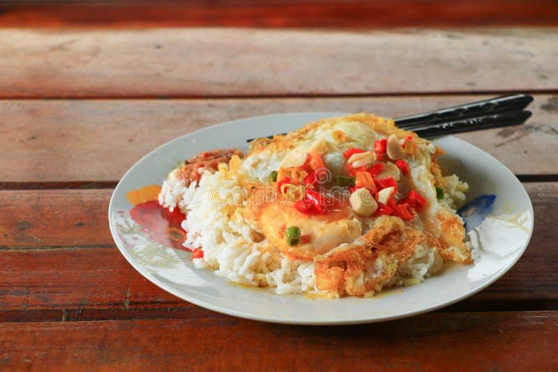 Stekte ris med det stekte ägget på tabellen arkivfoto