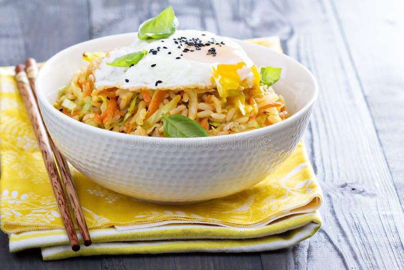 Stekte ris med kål och moroten fotografering för bildbyråer