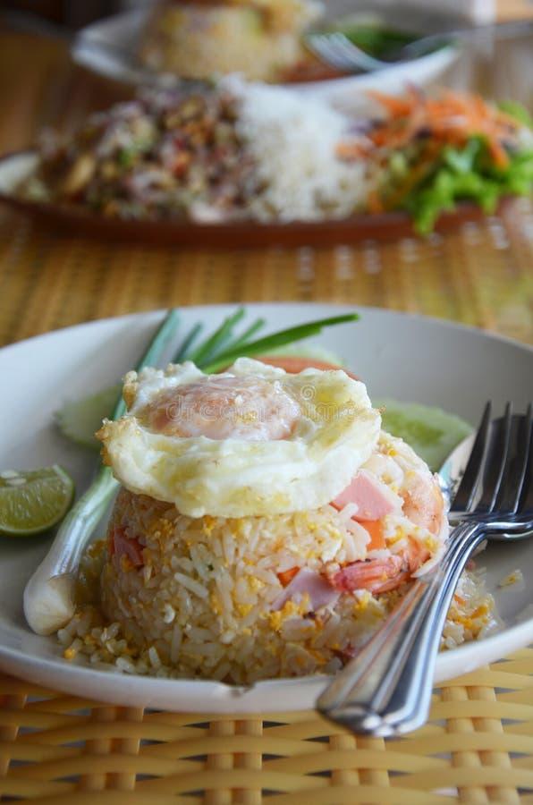 Stekte ris med krabbakött och räkor och avfyrat ägg royaltyfri foto