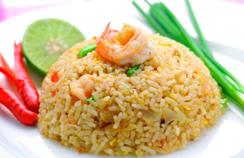 Stekte ris med räka. royaltyfri bild
