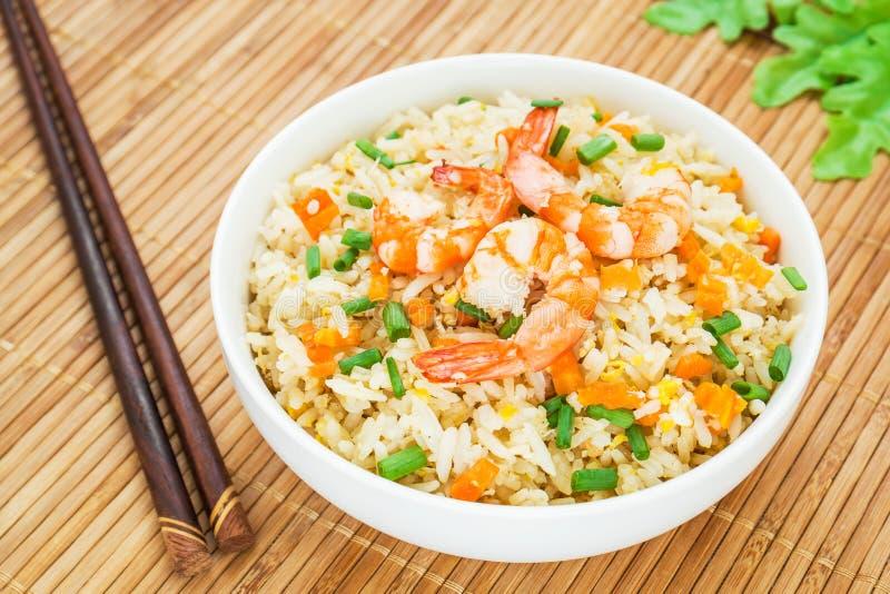 Stekte ris med räka i bunke fotografering för bildbyråer