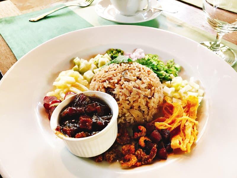 Stekte ris med räkadeg som tjänas som med den sötade grisköttbuken royaltyfria foton