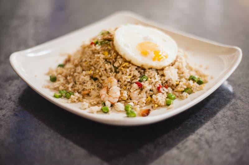 Stekte ris med räkan och ägget royaltyfria bilder
