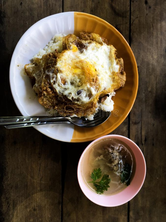 Stekte ris och avfyrat ?gg Popul?r thail?ndsk mat royaltyfri bild