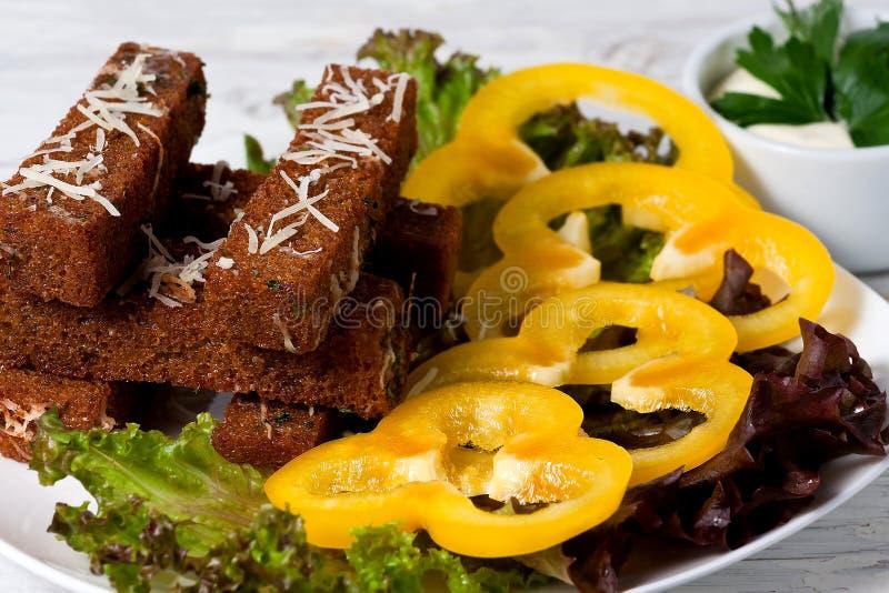 Stekte rostade bröd med ost, vitlök och kryddor arkivfoto