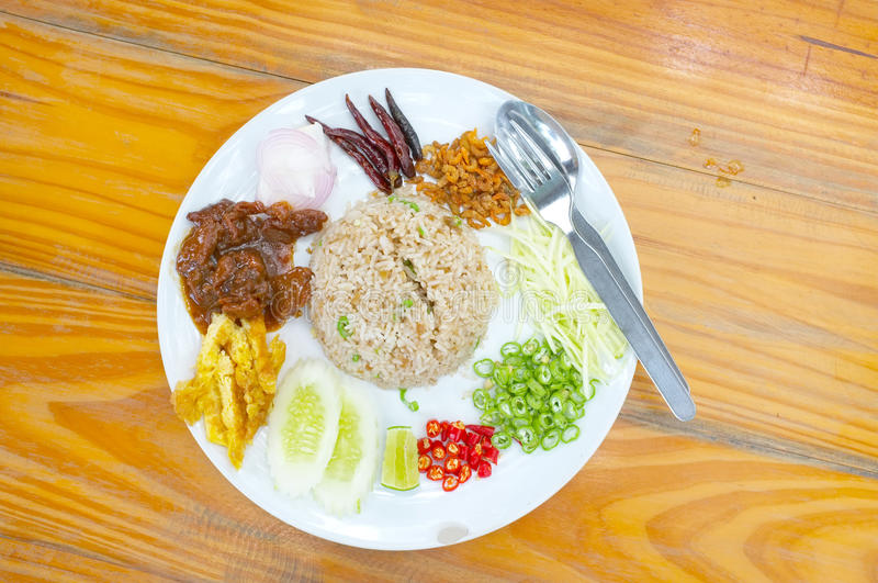 Stekte under omrörning ris med räkadeg, thai mat royaltyfria bilder