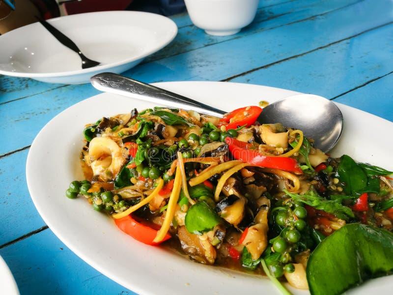 Stekte växt- grönsaker med musslan, musslor och kammusslan fotografering för bildbyråer