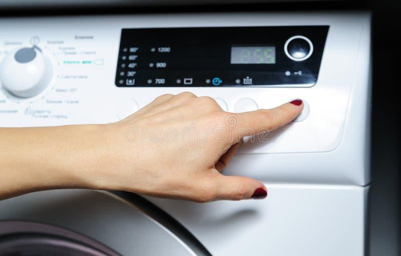 Stel de wasmachine in werking stock foto's