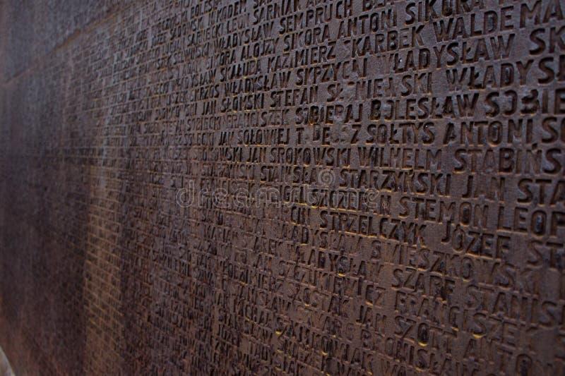 Stela com nomes poloneses que foram enterrados aqui Memorial polonês na vila de Mednoe, região de Tver fotografia de stock royalty free