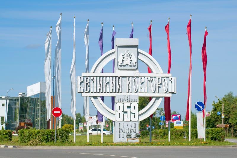 Stela am Eingang zu Veliky Novgorod an einem sonnigen Sommertag lizenzfreies stockfoto
