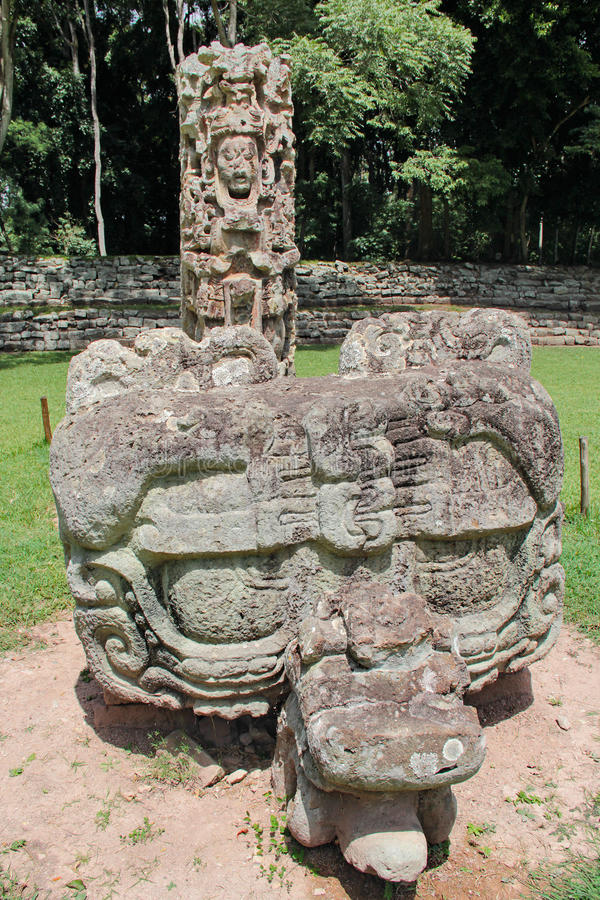 Stela F e seu altar (cinzelados em C.A. 721) no local arqueológico maia de Copan, Honduras imagens de stock