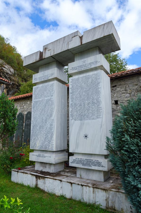 Stela i minne av kämpar som dog för frihet och nationell självständighet av landet, kloster av Moraca, Montenegro arkivbild
