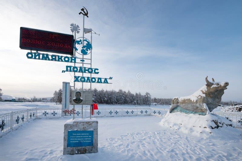 Stela na cześć odkrycie słup zimno w Oymyakon i rzeźba byk symbol zimno obrazy royalty free