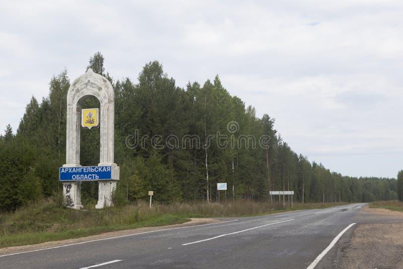 Stela przy wejściem Arkhangelsk region na drodze od Veliky Ustyug Kotlas fotografia stock