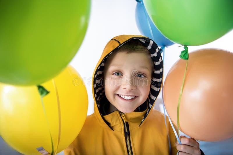 Stelde weinig jongen met luchtballons tevreden stock fotografie