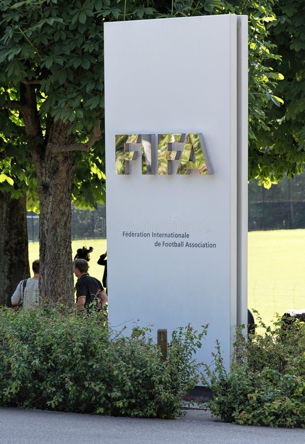 Stele bij de ingang van het hoofdkwartier van FIFA stock afbeeldingen