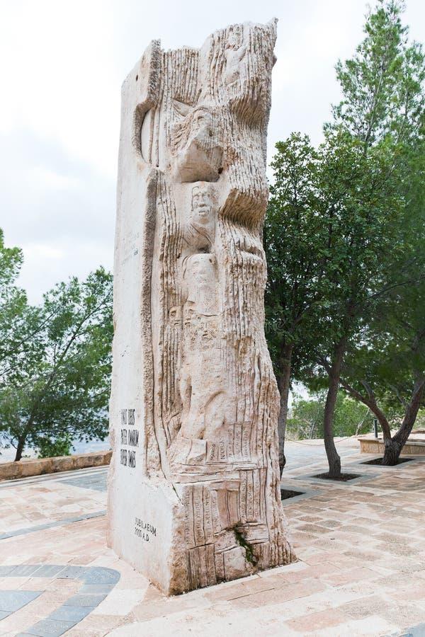Stele di pietra in memoriale del Moses sulla montagna Nebo fotografia stock
