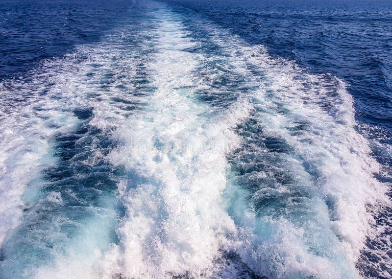 Stele en mer d'une navigation de bateau Benidorm rentr? par image, Espagne images libres de droits