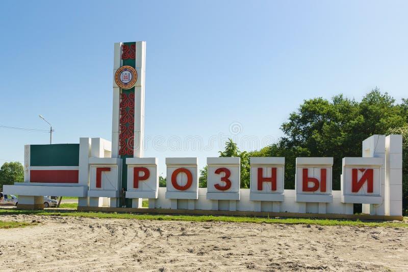 Stele met het embleem van de Tchetcheense Republiek - een wijzer aan de ingang aan de stad van Grozny stock fotografie