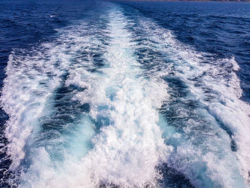 Stele no mar de uma navigação do barco Benidorm recolhido imagem, Espanha foto de stock