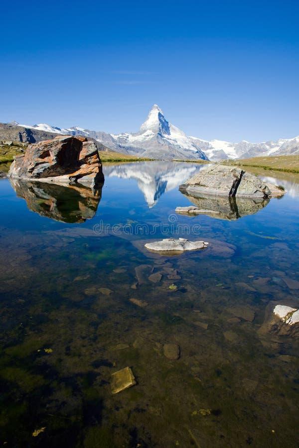 Stelisee met Matterhorn in de rug royalty-vrije stock afbeeldingen