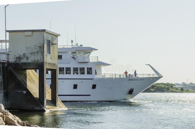 Stella americana della barca di crociera che transita la barriera di uragano fotografie stock