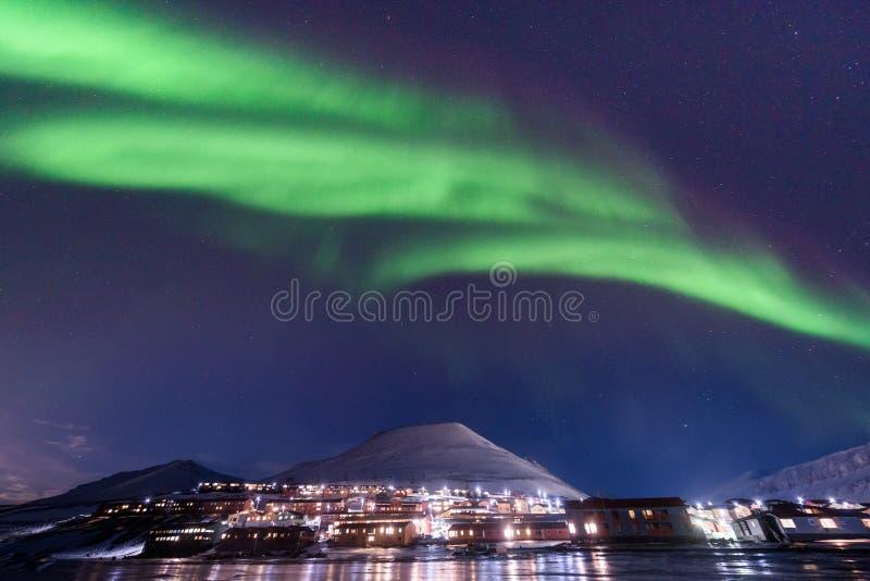 Stella artica polare del cielo di aurora borealis dell'aurora boreale in Norvegia le Svalbard in montagne di viaggio della città  fotografie stock libere da diritti