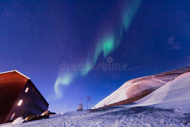 Stella artica polare del cielo di aurora borealis dell'aurora boreale in Norvegia le Svalbard in montagne di viaggio della città  immagine stock