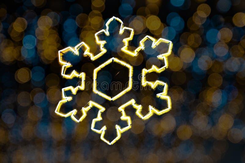 Stella brillante festiva di Natale su un fondo astratto variopinto del bokeh immagine stock libera da diritti