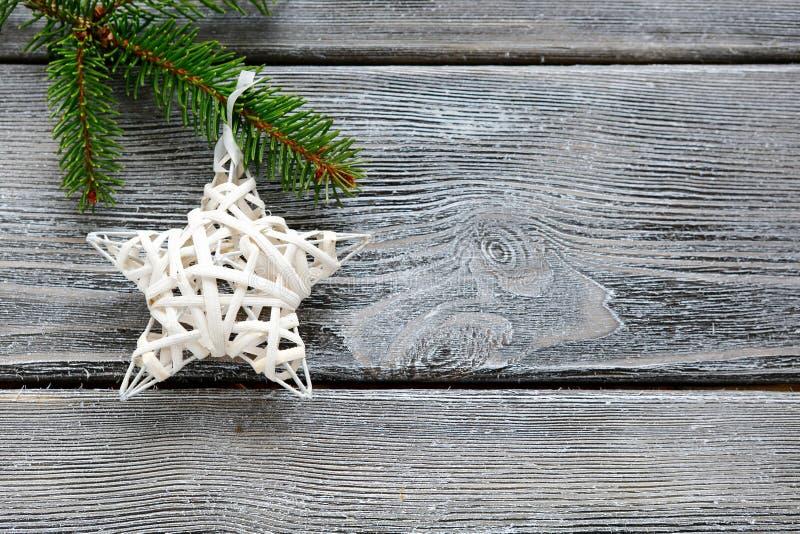 Stella decorativa di natale bianco sul ramo di un pino immagini stock libere da diritti