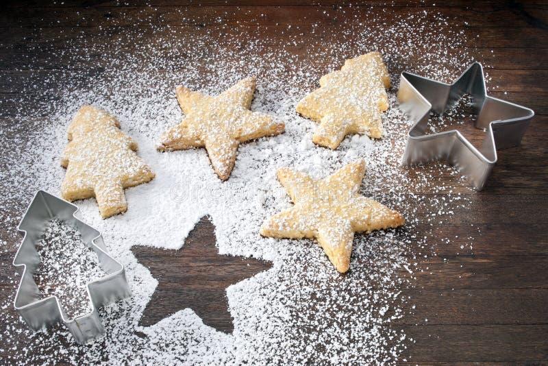 stella di figura delle taglierine dei biscotti di natale del biscotto cruda fotografia stock