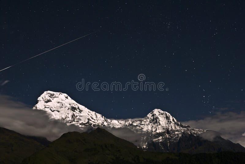 Stella di fucilazione sopra la montagna della neve immagini stock libere da diritti