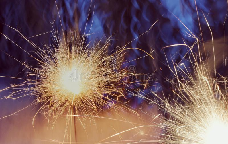 Stella filante del nuovo anno, scintillio su oro immagini stock libere da diritti