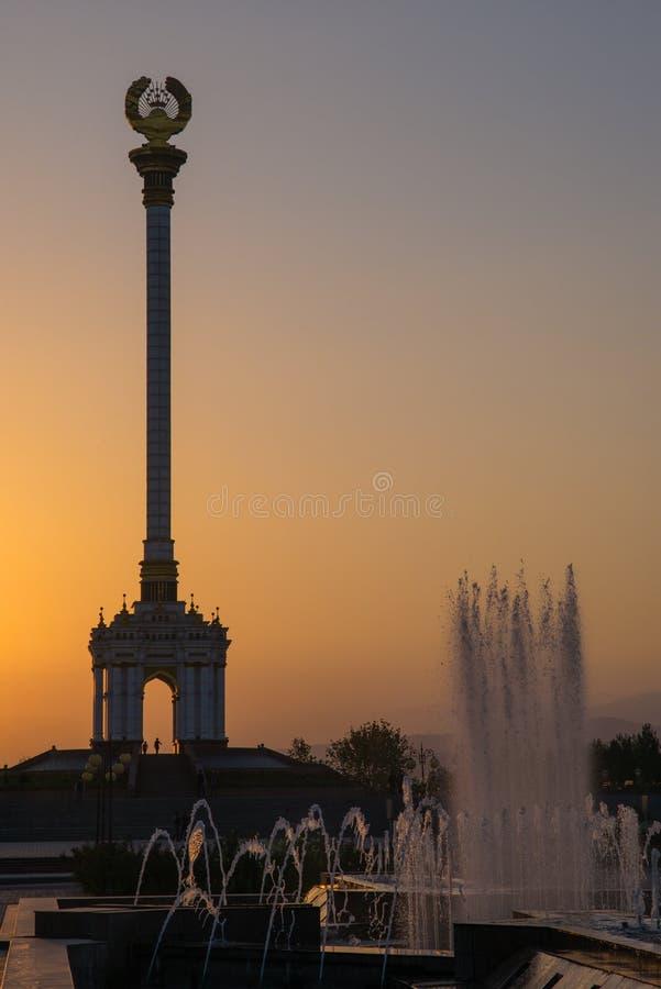 Stella z emblematem Tajikistan w centre miasto fotografia stock
