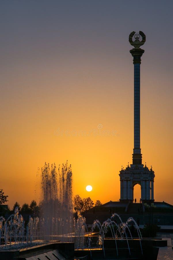 Stella z emblematem Tajikistan w centre miasto zdjęcia royalty free