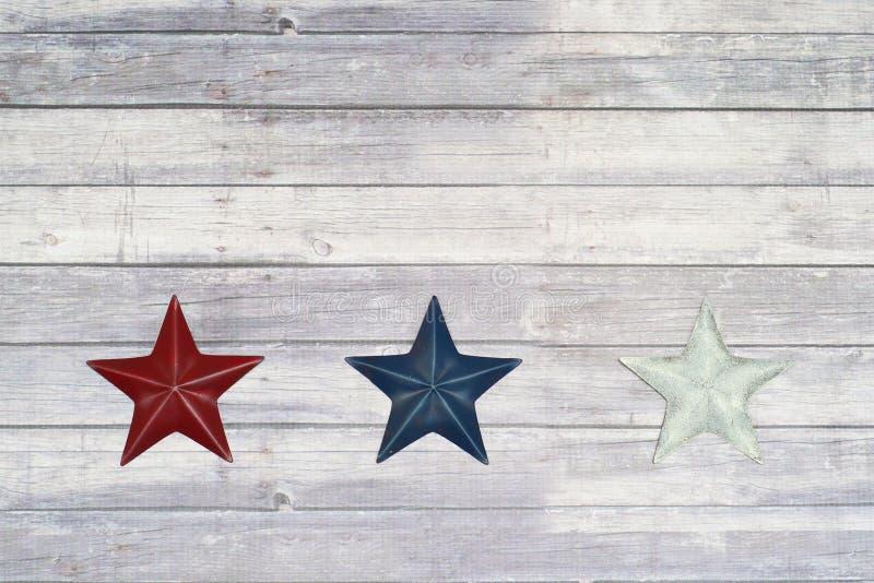 Stelle bianche e blu rosse sul pavimento di legno fotografie stock libere da diritti