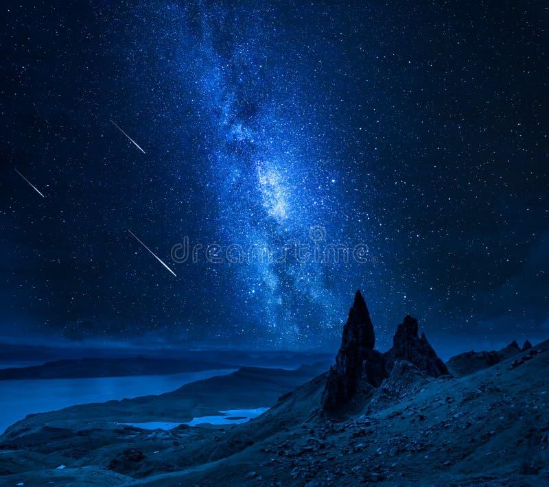 Stelle cadenti sopra l'uomo anziano di Storr alla notte, Scozia fotografie stock