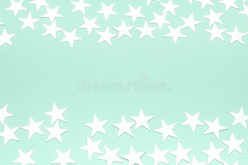 Stelle d'argento su un fondo neo della menta Contesto festivo del pastello di festa Colore neo della menta un concetto di 2020 an fotografie stock