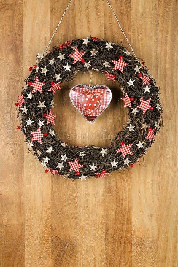 Stelle decorate del percalle e della betulla della corona della porta di Natale con latta immagini stock libere da diritti