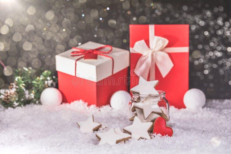 Stelle dei biscotti di Natale del pan di zenzero nel barattolo di vetro fotografia stock