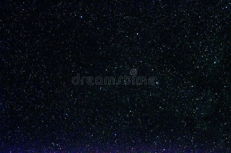 Stelle e fondo dell'universo di notte del cielo dello spazio cosmico della galassia immagine stock