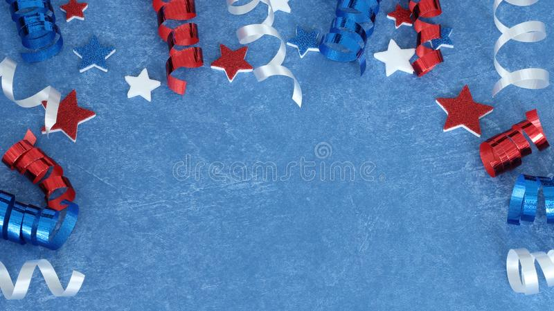 Stelle e nastro bianchi e blu rossi su fondo blu immagine stock