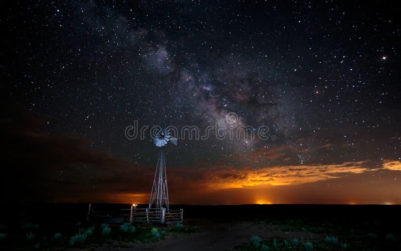 Stelle e Via Lattea con il mulino a vento immagine stock