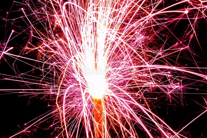 Stelle filante brucianti di natale con esposizione lunga Bella fiamma del fuoco d'artificio della stella filante su fondo nero Lu immagini stock