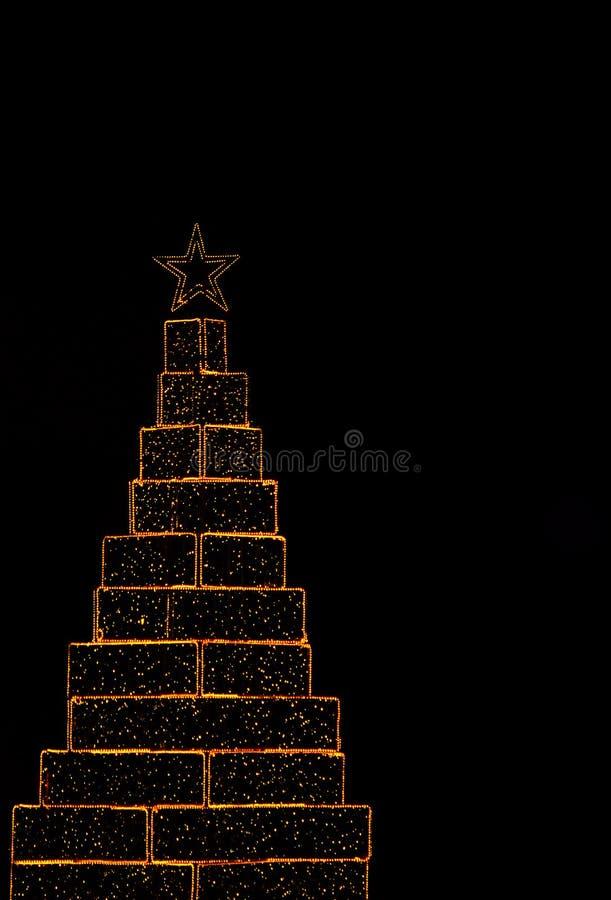 Stelle filante a forma di albero di Natale su fondo nero fotografie stock libere da diritti