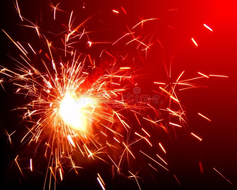 Stelle filante luminose su fondo rosso fotografia stock libera da diritti