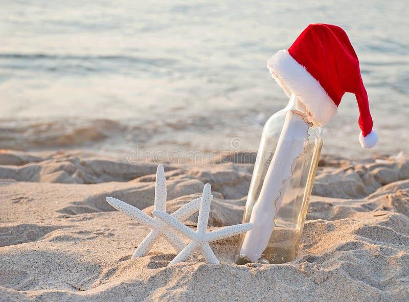 Stelle marine di Natale con il messaggio in bottiglia fotografia stock libera da diritti