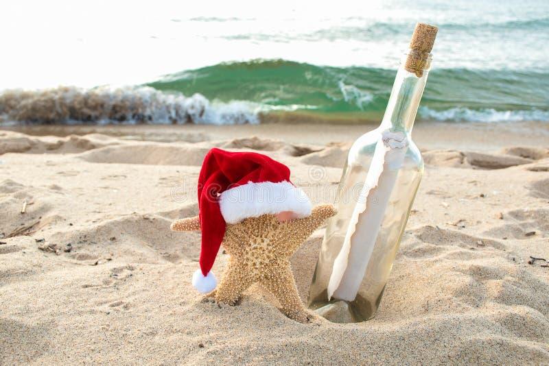 Stelle marine di Natale con il messaggio in una bottiglia immagine stock