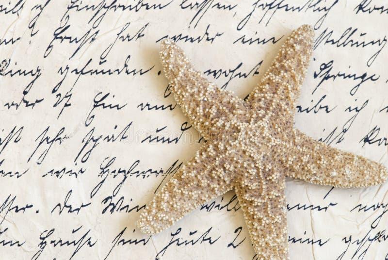 Stelle marine sulla vecchia lettera immagini stock